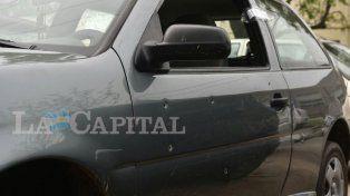 Las huellas de la balacera quedaron visibles en el auto.