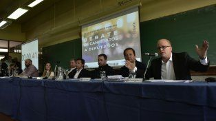 Contigiani habla durante el debate realizado en la Facultad de Ciencia Política.