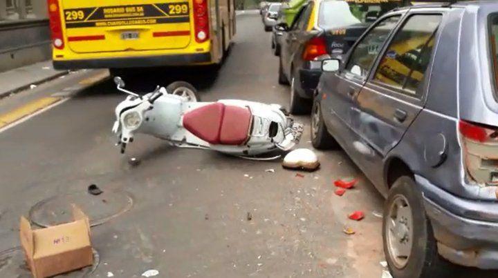 Impactante accidente en pleno centro entre una moto, un colectivo y un auto
