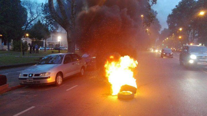 Prendido fuego. La manifestación se cerró con la quema de neumáticos frente a la sede.