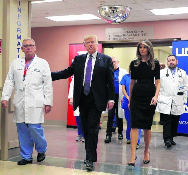 Recorrida. Trump y Melania en el hospital universitario de Las Vegas.