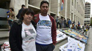 La madre de Jonathan junto a otros familiares realizaron hoy una vigilia a la espera del fallo.