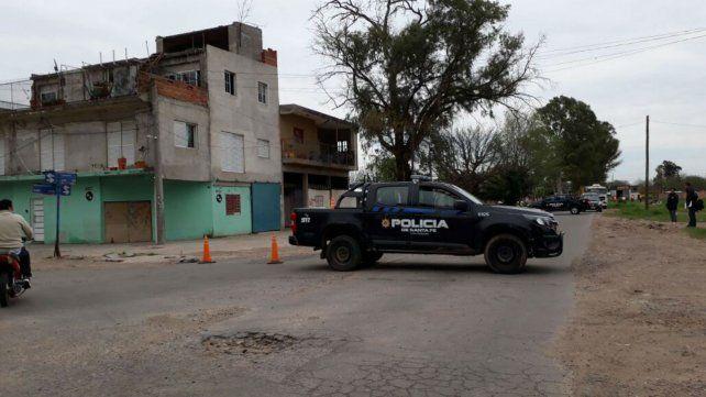 La policía trabaja en el lugar de la balacera que se produjo esta mañana.