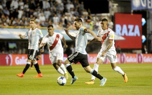 Contra todos. Messi comanda un ataque argentino frente a la dura defensa peruana.