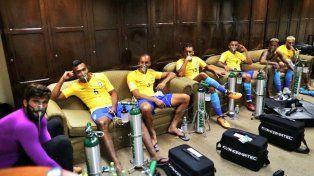 Neymar y sus compañeros de selección miran relajados el choque de Argentina en la Bombonera.