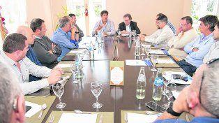 reunión. Santacroce y Eggiman compartieron la iniciativa con integrantes de la Asociación Empresaria de Funes.