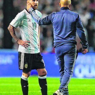 Sin consuelo. El empate ya estaba consumado y Messi no lo puede creer. Sampaoli lo saluda camino al vestuario.