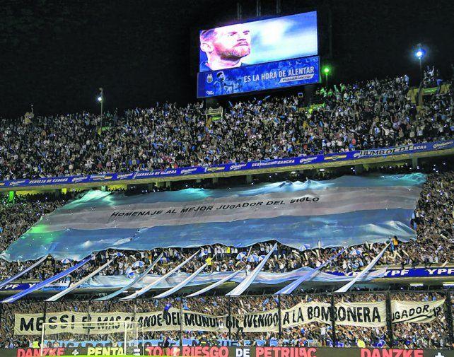 Una postal. Los hinchas hicieron sentir a Messi como en su casa. La Pulga otra vez fue el mejor del equipo argentino.