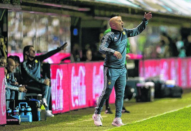 Locura. El Zurdo Sampaoli vivió el partido con mucha tensión y dando innumerables indicaciones. El equipo no respondió.