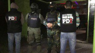 Efectivos de PDI y de Gendarmería en el bar nocturno allanado esta madrugada.
