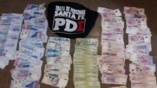 Parte del dinero secuestrado en los cuatro allanamientos efectuados esta madrugada en Zavalla y Rosario.