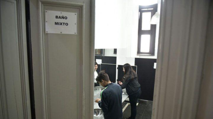 Nuevos sanitarios. La Escuela Rivadavia tiene 900 alumnos y cuenta con tres baños mixtos.