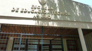 El frente de la escuela donde hoy fue baleado un pintor, de 31 años.