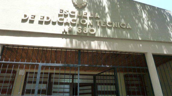 El frente de la escuela donde hoy fue baleado un pintor