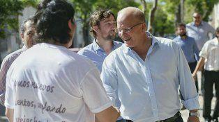 En los barrios. Contigiani cuestionó a sus rivales del PJ y Cambiemos.