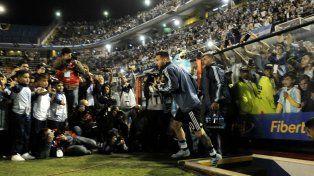 Messi sale a la cancha en la Bombonera y todos los flashes están con él. Como de costumbre.