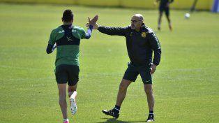 Montero y Martínez se saludan en clara señal de apoyo mutuo mientras el plantel hace la rutina física.