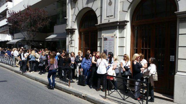 El público hace cola para ingresar al teatro La Comedia donde se realizará la ceremonia.
