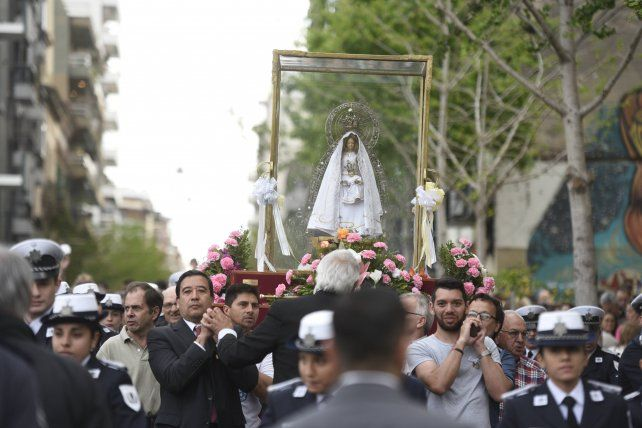 Rosario honró a la Virgen con una masiva muestra de fe y esperanza