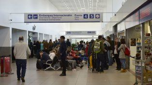 Mucha gente y pocos servicios gastronómicos en el aeropuerto local
