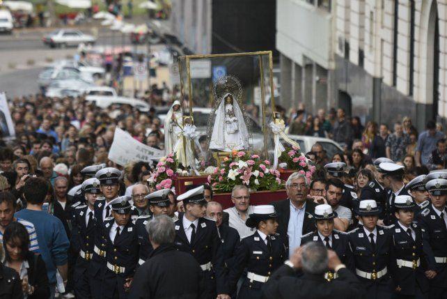 Devoción. La imagen de la Virgen del Rosario encabezó una larga peregrinación con mucha presencia joven.