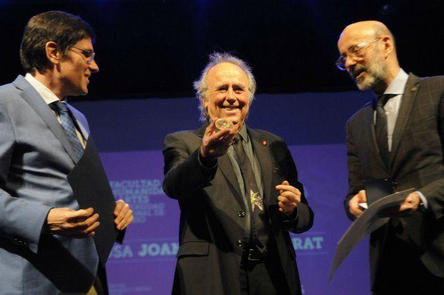 Distinción. Joan Manuel Serrat muestra la medalla que le otorgó la UNR.