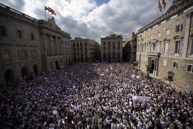 En paz. Tanto en Madrid como en Barcelona la gente se concentró en las calles para reclamar a la clase política una solución al conflicto separatista que divide a la sociedad española.