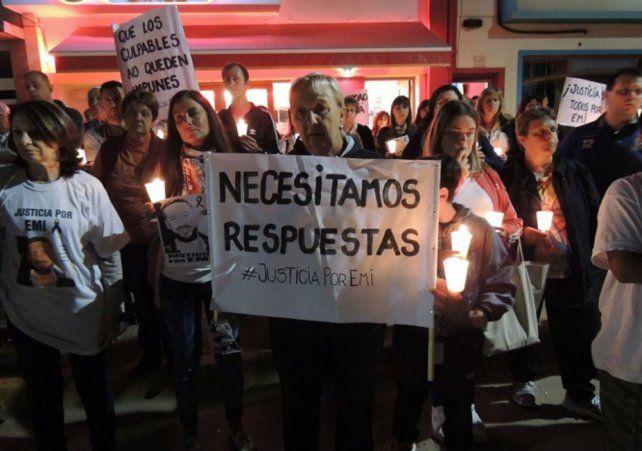En la calle. Familiares y amigos de Emiliano Arri protestaron el viernes frente al boliche On Club.