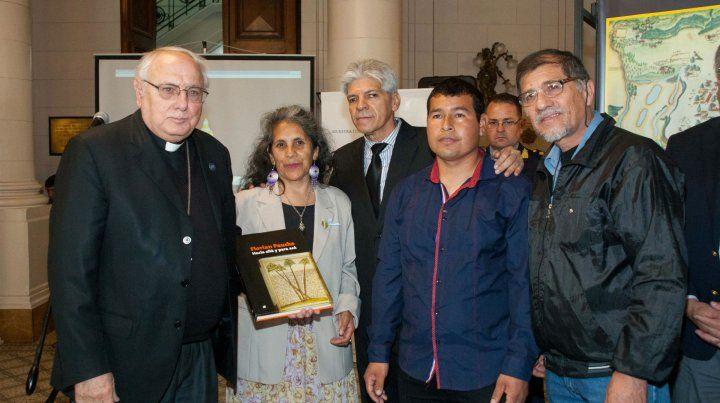 Homenaje. Monseñor Arancedo y Baucero (atrás) en la inauguración.