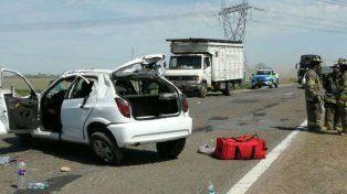 Tragedia. El Chevrolet Celta mordió la banquina y dio un vuelco sobre la mano en dirección hacia Rosario.