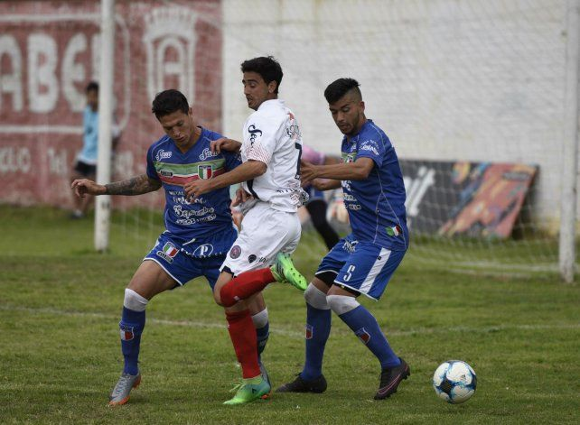 Acorralado. Sánchez es controlado por los defensores visitantes. El charrúa volvió a perder en barrio Tablada.