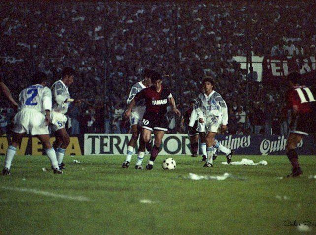 Con la leprosa. Diego el día que jugó su primer partido ante una multitud de hinchas.