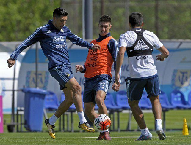 Dos que pueden entrar de arranque. Enzo Pérez y Emiliano Rigoni en la práctica de ayer