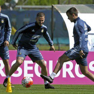 Una jornada amena en Ezeiza. Los primeros minutos de la práctica sirvieron para descontracturar al plantel argentino y por eso se los vio sonrientes a Lionel Messi, Angel Di María y Darío Benedetto, entre otros.