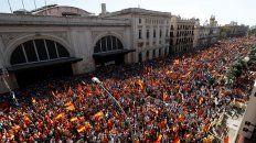 una multitud marcho en barcelona contra de la independencia de cataluna