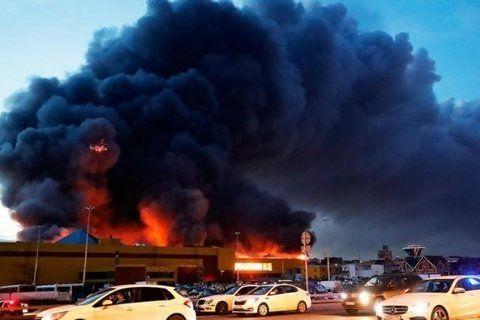 sindika market. Un denso humo sale del shopping de Moscú.