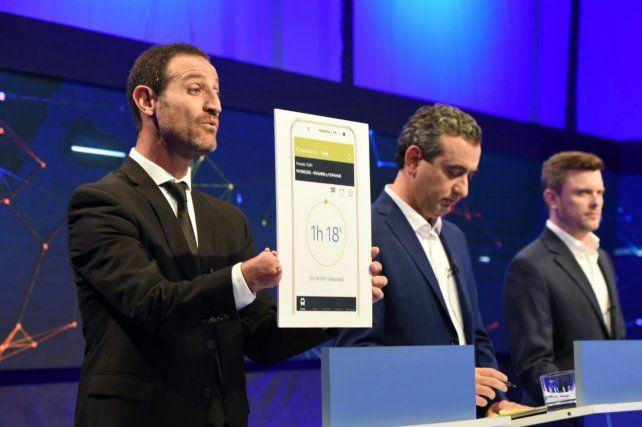 El candidato kirchnerista Roberto Sukerman ejemplificó con placas los problemas del transporte público.