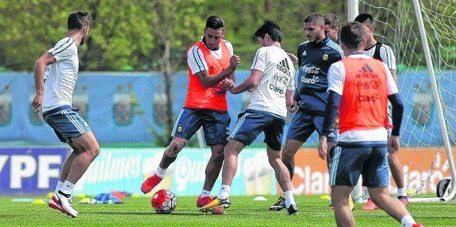 ¿El elegido? Salvio intenta gambetear a Pablo Pérez durante la práctica de ayer en Ezeiza. El ex Lanús podría ser titular.