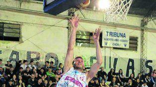Al aro. Marco LAbbate se eleva y convierte para Echesortu.