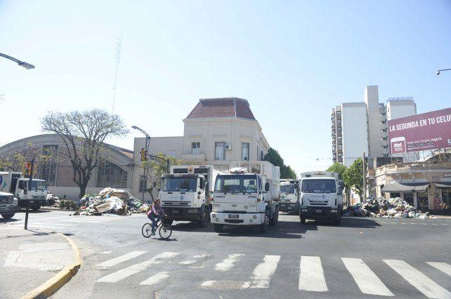 Los camiones descargaron 24 toneladas de basura en Pellegrini y Lagos y generaron un caos.