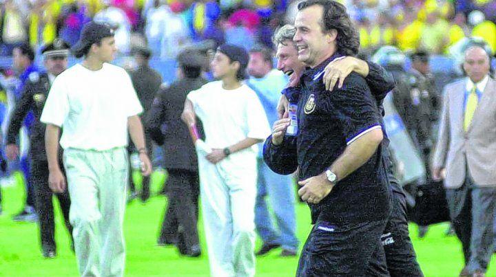 Para volverse loco. Marcelo Bielsa festeja en el estadio Atahualpa tras el 2-0 que clasificó a la selección para Corea-Japón 2002.