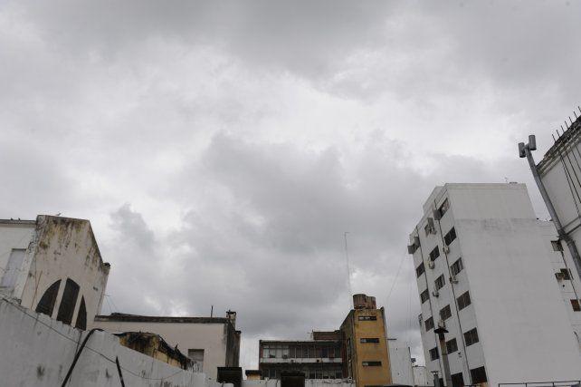 Rosario amanecía con cielo nublado y anuncio de tiempo inestable.