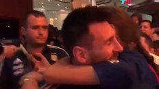 messi rompio la distancia y se abrazo a los fans que no paran de ovacionarlo en ecuador