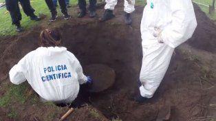 hallaron un barril enterrado en la quinta del pata medina y ahora analizan su contenido