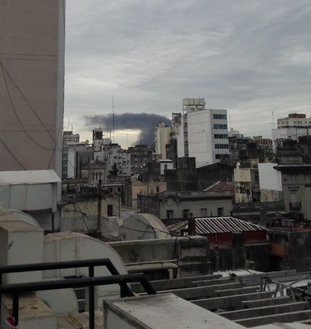 Cómo se vio la columna de humo del siniestro en Monticas desde distintos puntos de la ciudad