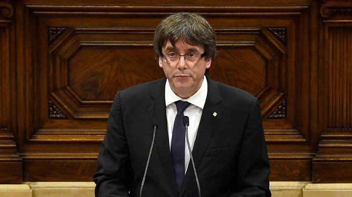 Puigdemont amagó con declarar la independencia de Cataluña y pidió tiempo para abrir un diálogo