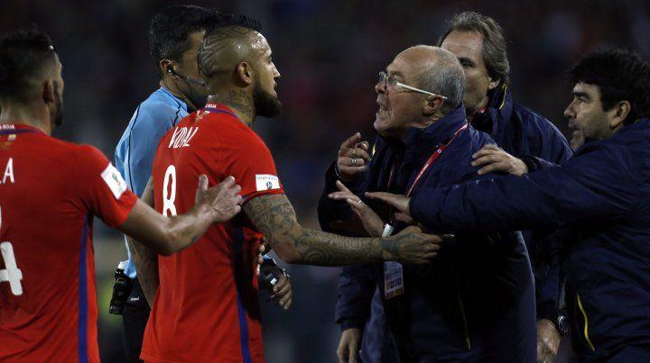 El momento en el que el DT de Ecuador discutió con el mediocampista chileno Arturo Vidal.