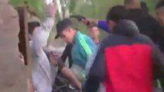 En Arroyo Seco. El momento en que le apuntan con un arma a la víctima fatal.