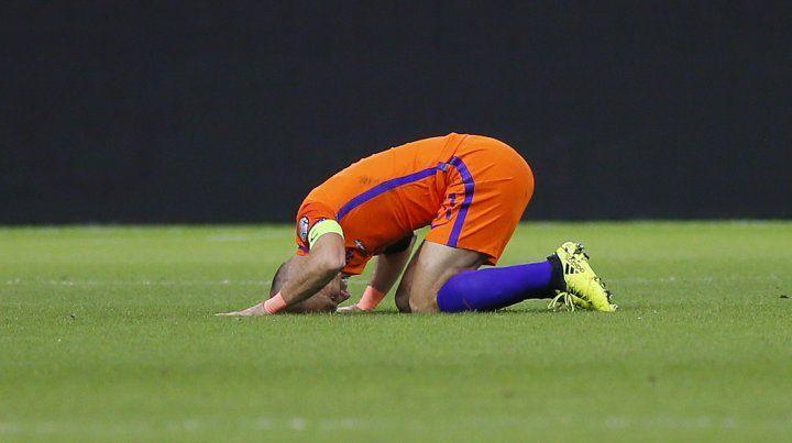 El delantero Robben se lamenta por quedar afuera de la Copa del Mundo.