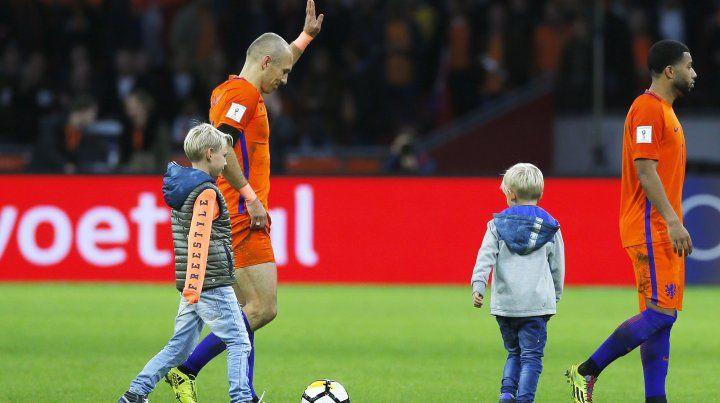 El delantero se despidió tras el partido frente a Suecia que se disputó en Amsterdam.